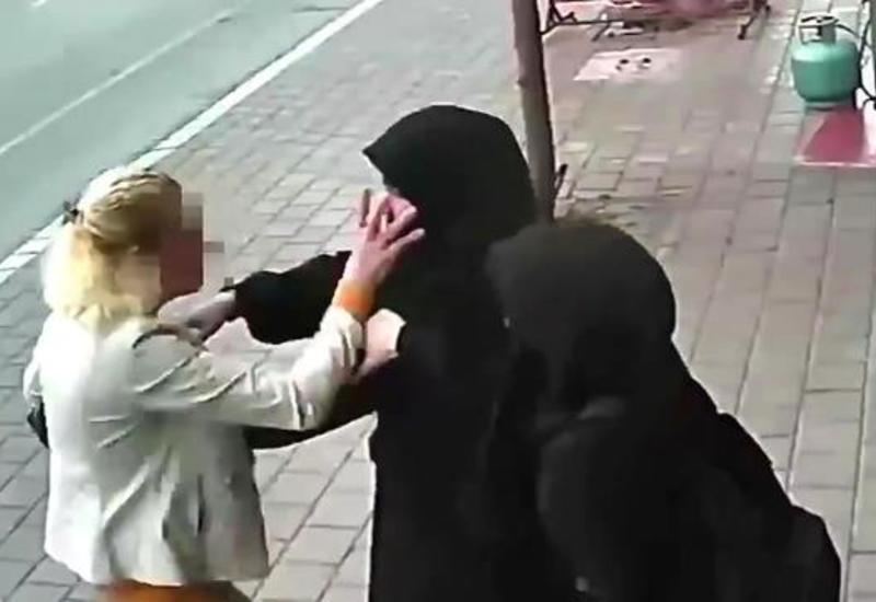 Агрессивная феминистка атаковала девушек в хиджабах в Турции