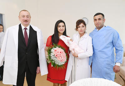 Президент Ильхам Алиев и Первая леди Мехрибан Алиева встретились с родителями десятимиллионного жителя Азербайджана - ФОТО