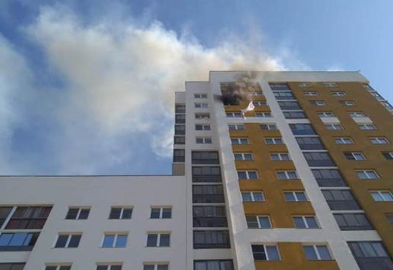Cпасатели работают на месте взрыва в многоэтажке в Екатеринбурге