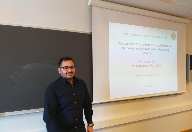 Молодой преподаватель UNEC ведет научное исследование в университете Норд