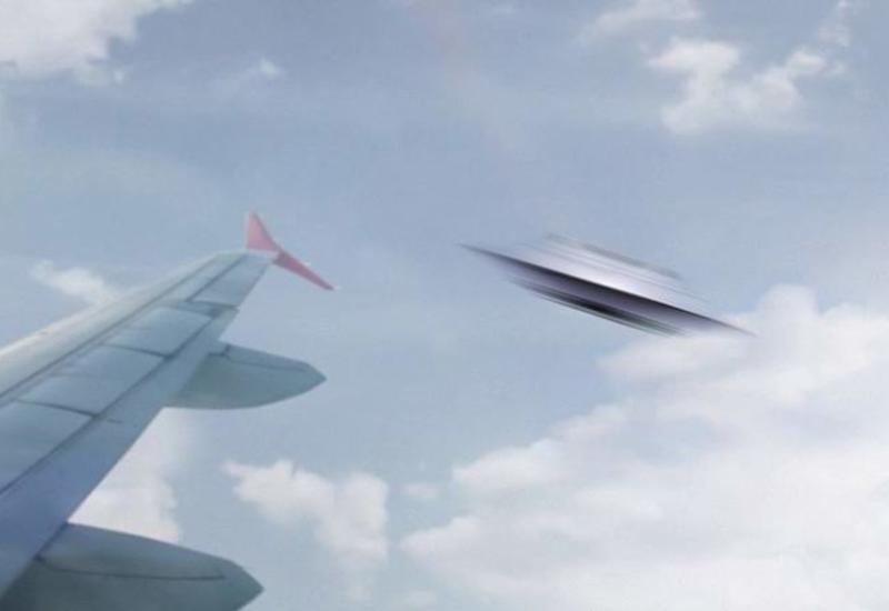 Житель Южной Кореи запечатлел НЛО около самолета