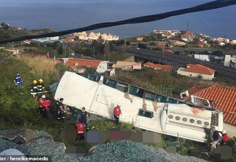 """Камеры сняли момент падения автобуса с туристами с обрыва на острове Мадейра <span class=""""color_red"""">- ВИДЕО</span>"""