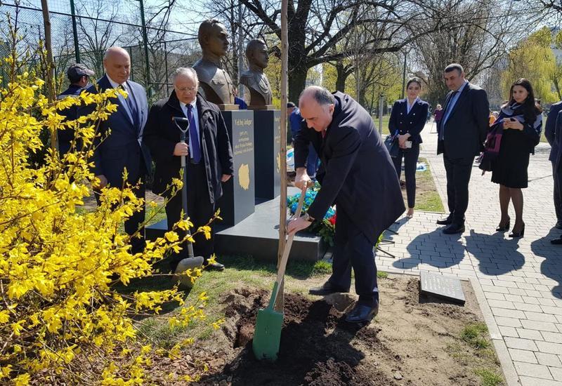 "Эльмар Мамедъяров посадил деревья в Варшаве <span class=""color_red"">- ФОТО</span>"