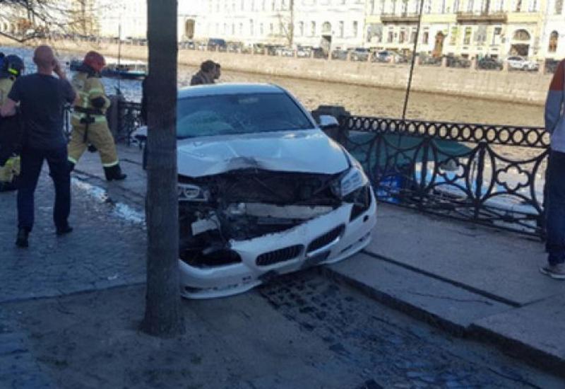 Момент наезда автомобиля на туристов в центре Петербурга попал на камеры