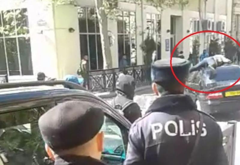 "Сумасшедший случай в центре Баку: мужчину прокатили на крыше автомобиля <span class=""color_red"">- ВИДЕО</span>"