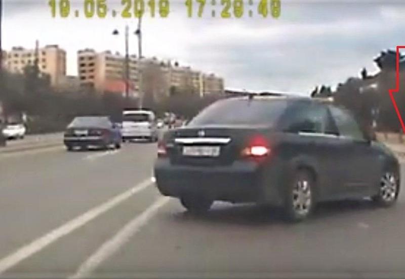 """Bakıda xanım sürücünün törətdiyi qəza kameraya düşdü <span class=""""color_red"""">- VİDEO</span>"""
