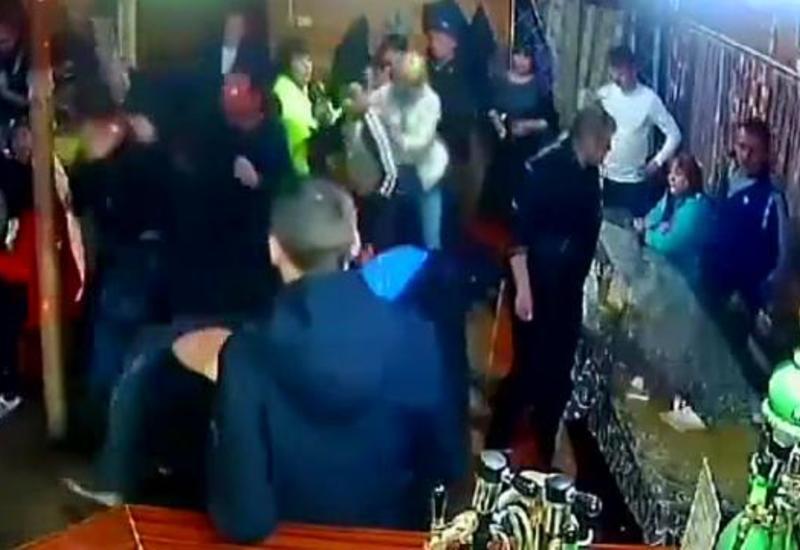 Посетители бара устроили массовую драку из-за пролитого пива
