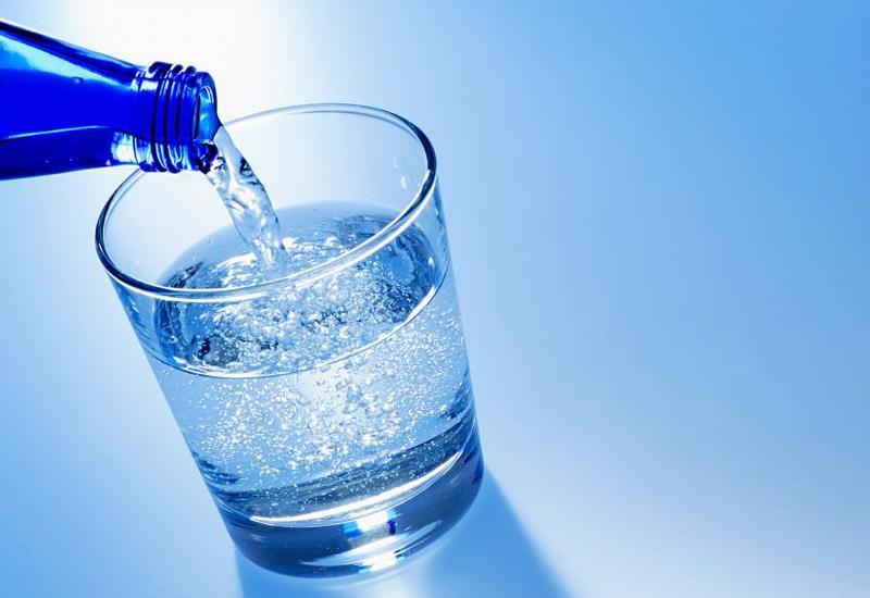Диетологи рассказали об опасности частого употребления воды с газом