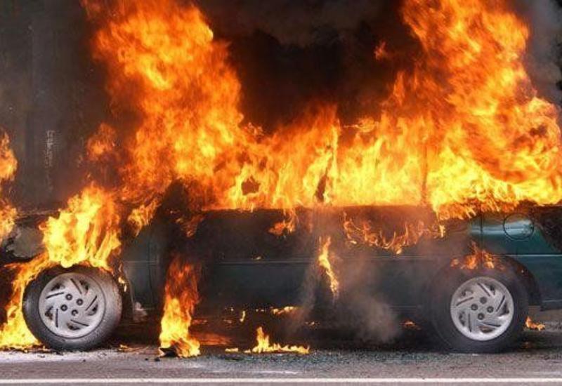 Россияне вытащили ребенка из горящей машины за секунду до возгорания двигателя