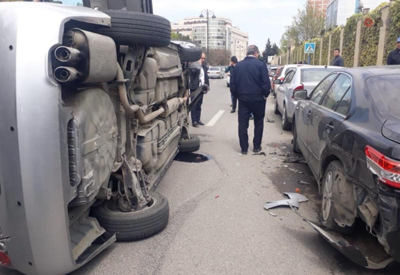 Тяжелая авария в Баку: перевернулся Nissan