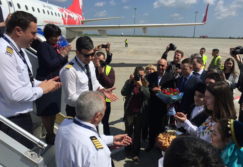 """Bakıdan """"Buta Airways"""" ilə Xarkova gedən sərnişinlər sürprizlə qarşılaşdılar - İlk reys, gül-çikək, tort..."""