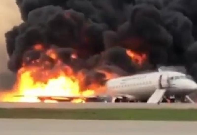 Первые секунды после посадки: пассажиры бегут из горящего самолета в Шереметьево