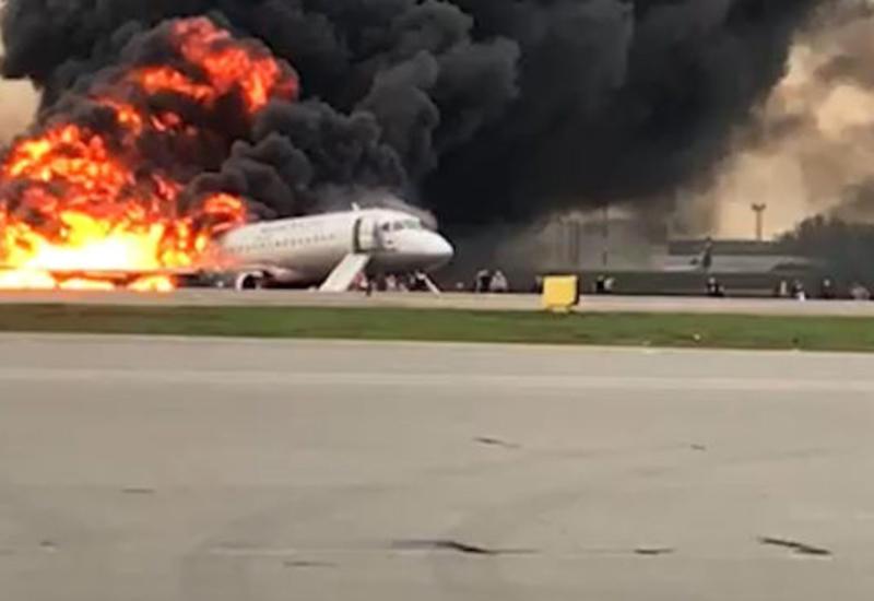 «Пожалуйста, ребята, быстрее!»: кадры эвакуации из горящего лайнера в Шереметьеве