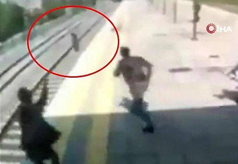 Случайный свидетель вытащил женщину с рельсов прямо перед поездом