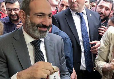 """В Армении издеваются над Пашиняном - """"не жуй с полным ртом"""""""