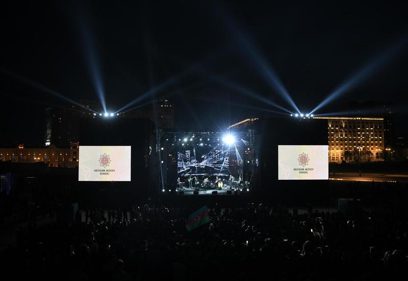Зажигательный концерт в парке Центра Гейдара Алиева