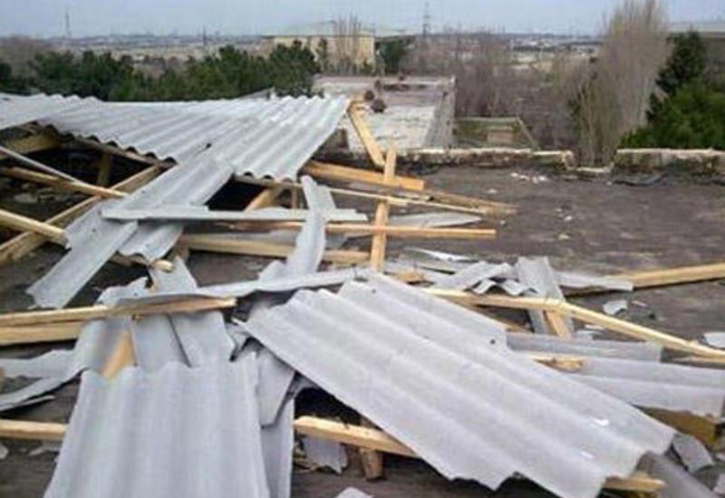 Сильный ветер снес крышу жилого дома в Хачмазе