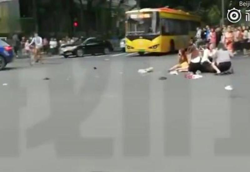 Видео момента жуткого ДТП в Китае, где авто сбило 13 человек