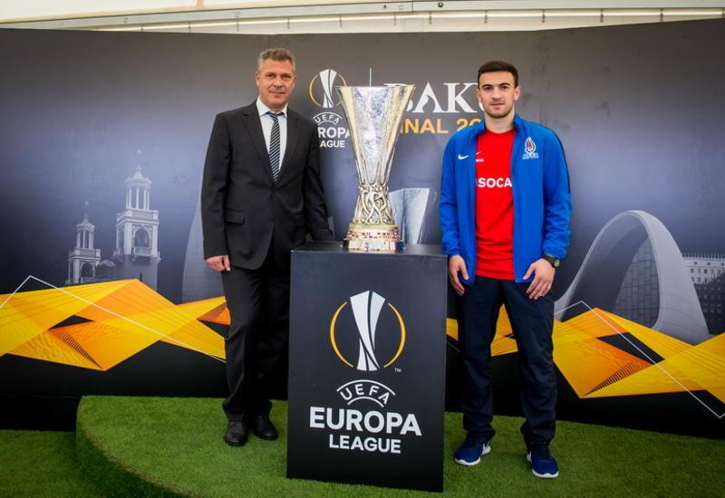 Легендарный кубок Лиги Европы UEFA вчера прибыл в Джоджуг Мерджанлы