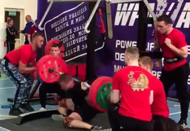 Пауэрлифтер получил переломы обеих ног, приседая с 250 кг