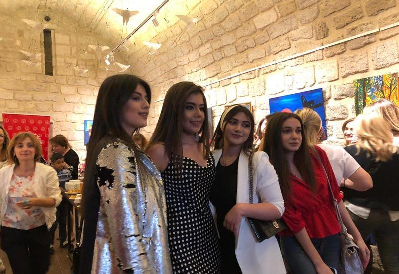 В Ичеришехер прошла первая персональная выставка молодой художницы
