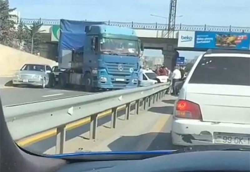 Тяжелое ДТП с участием грузовика на трассе Баку-Сумгайыт, образовалась пробка