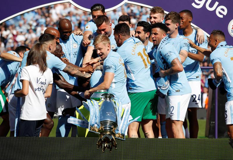 «Сити» снял шикарный пранк: Агуэро и де Брюйне разыграли фанатов, уронив фэйковый кубок АПЛ