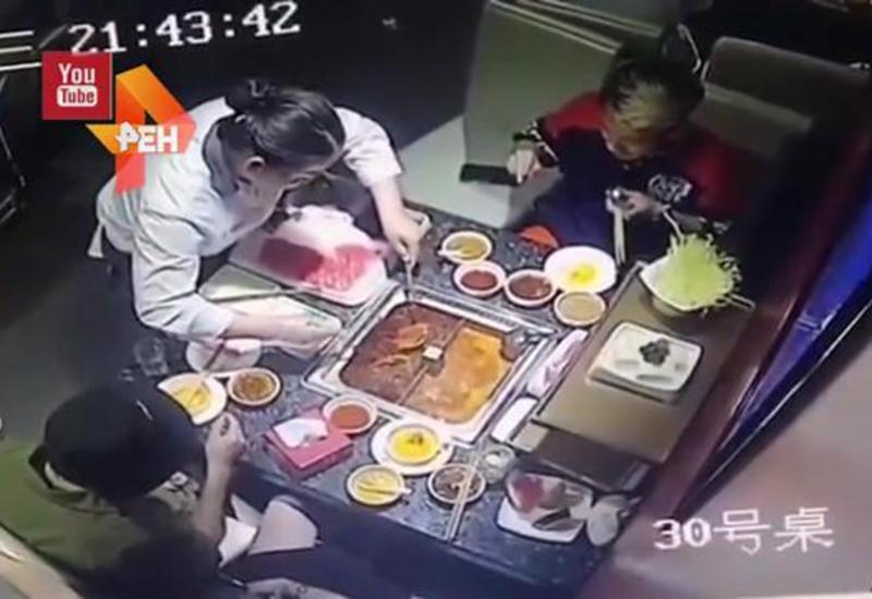 Зажигалка взорвалась в горячей еде, когда ее несла официантка