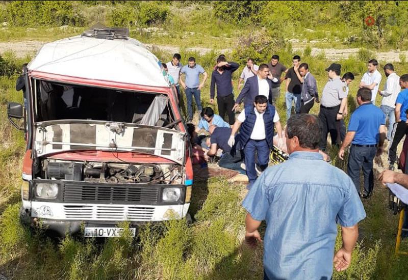 В Азербайджане перевернулся микроавтобус со студентами, есть погибший и пострадавшие