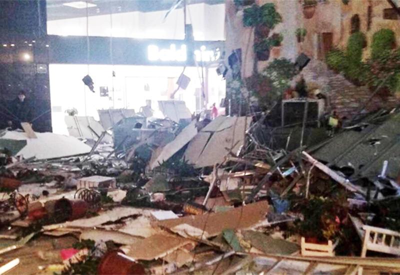 Потолок обрушился на школьников во время последнего звонка