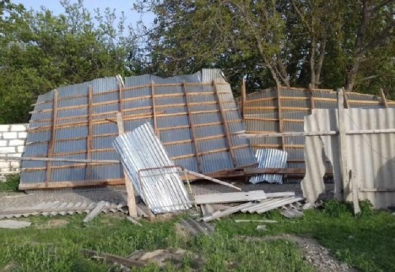 В Гусарском районе сильный ветер привел к разрушениям