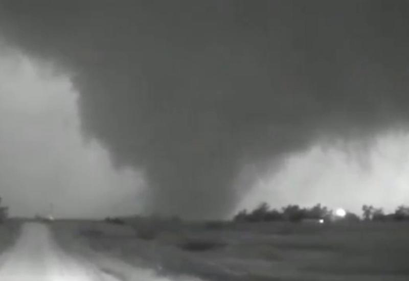 В США разрушительный торнадо едва не убил очевидцев