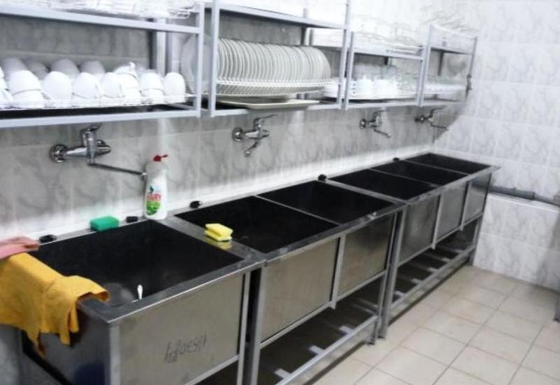 Мужчина проник на кухню закусочной и принял ванну в посудомоечной раковине