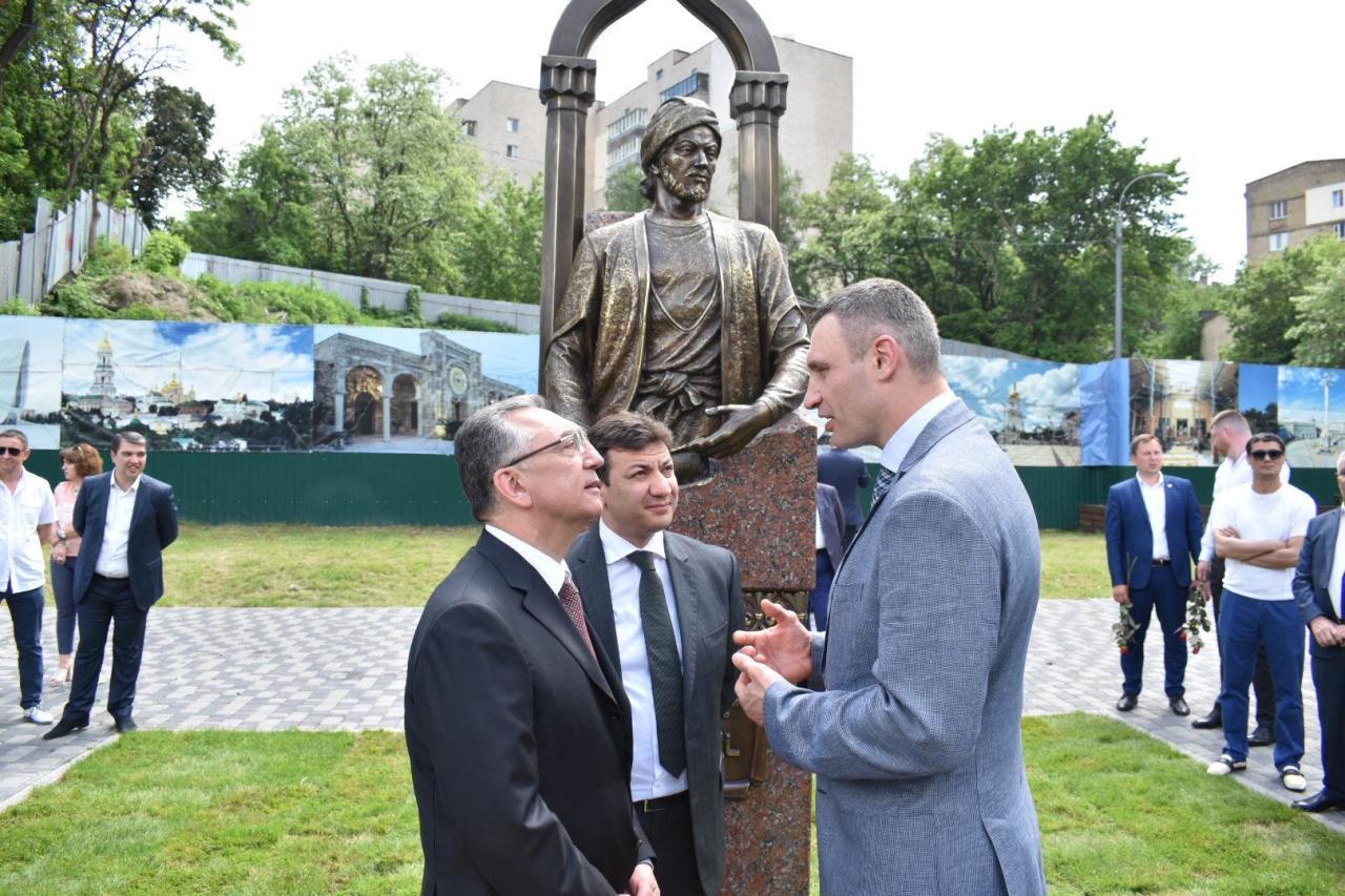 В Киеве установлен памятник Имадеддину Насими