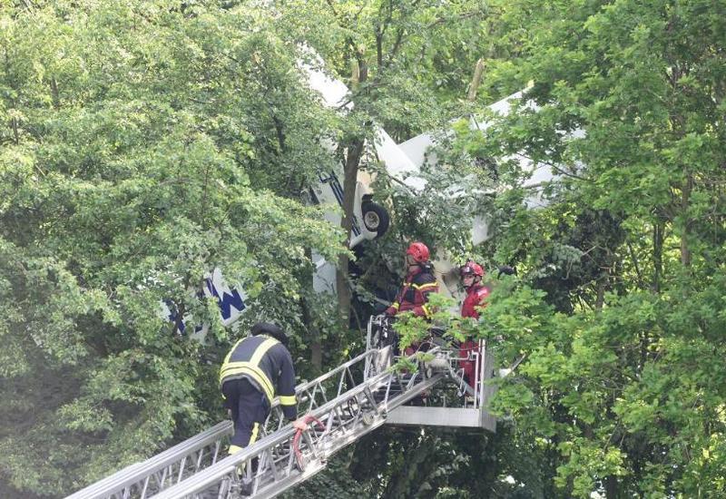 Самолет с людьми застрял в кроне деревьев