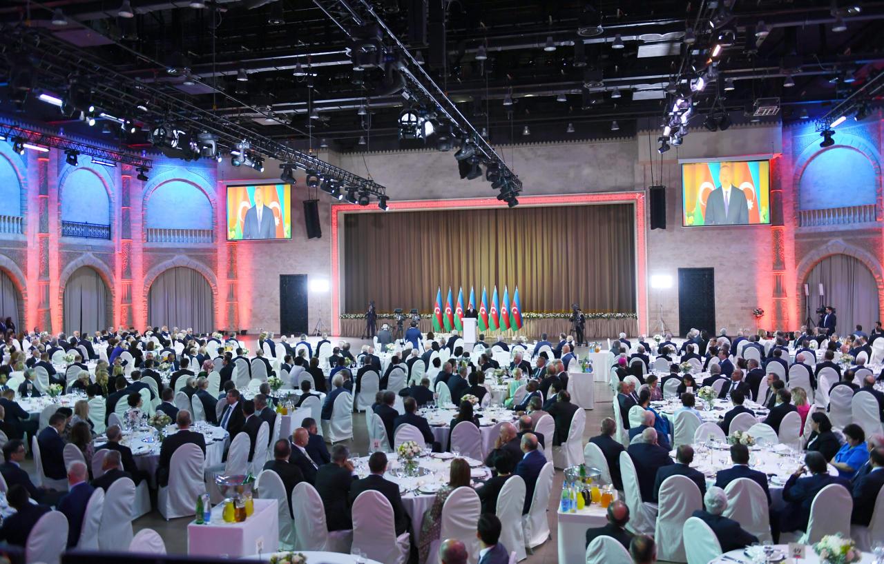 Президент Ильхам Алиев и Первая леди Мехрибан Алиева приняли участие в официальном приеме по случаю Дня Республики