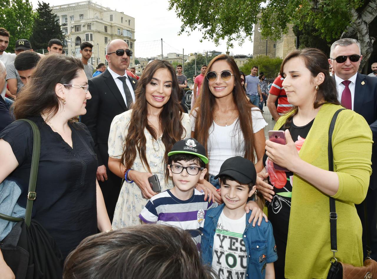 Президент Ильхам Алиев и Первая леди Мехрибан Алиева прогулялись по Приморскому парку в Баку