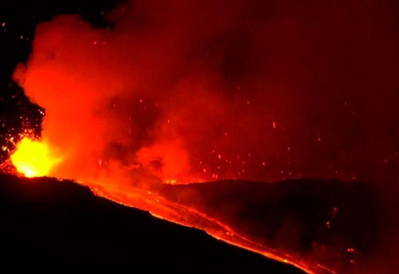 Ад в небесах: вулкан Этна выбрасывает фонтан раскаленной лавы