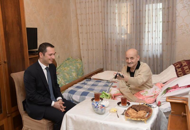 Фондом Гейдара Алиева народному артисту Рамизу Азизбейли преподнесен в дар автомобиль