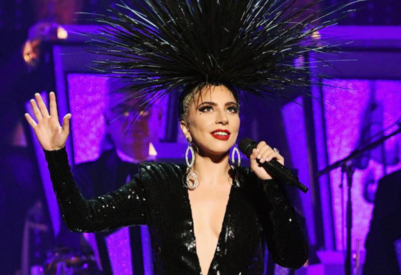 Леди Гага едва нерухнула насцене из-за своего костюма