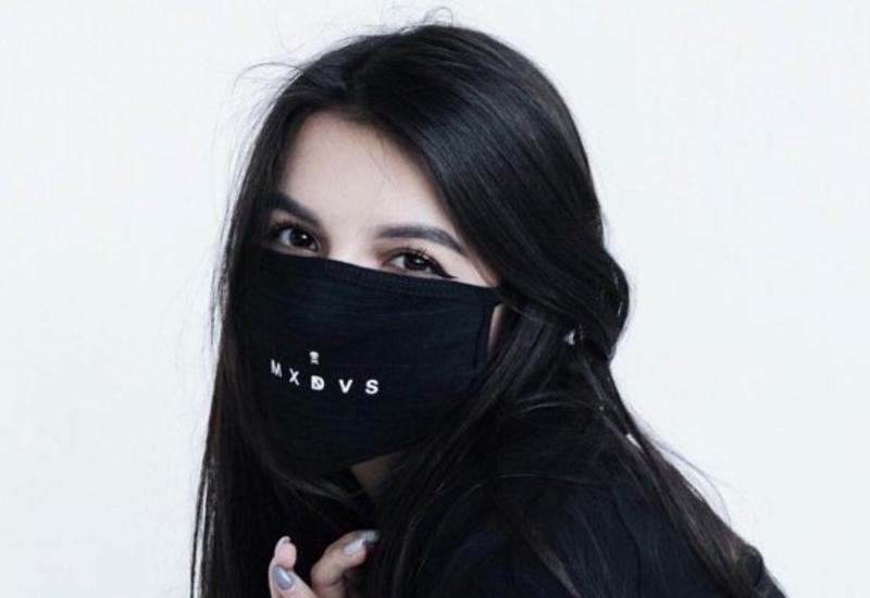 В черной маске, перчатках и продуктовой тележке: Алена