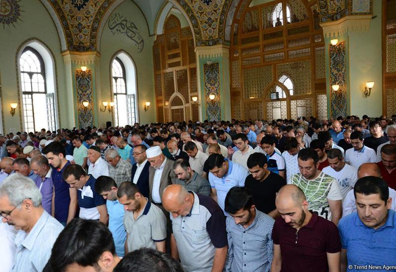 В мечетях Азербайджана совершен праздничный намаз