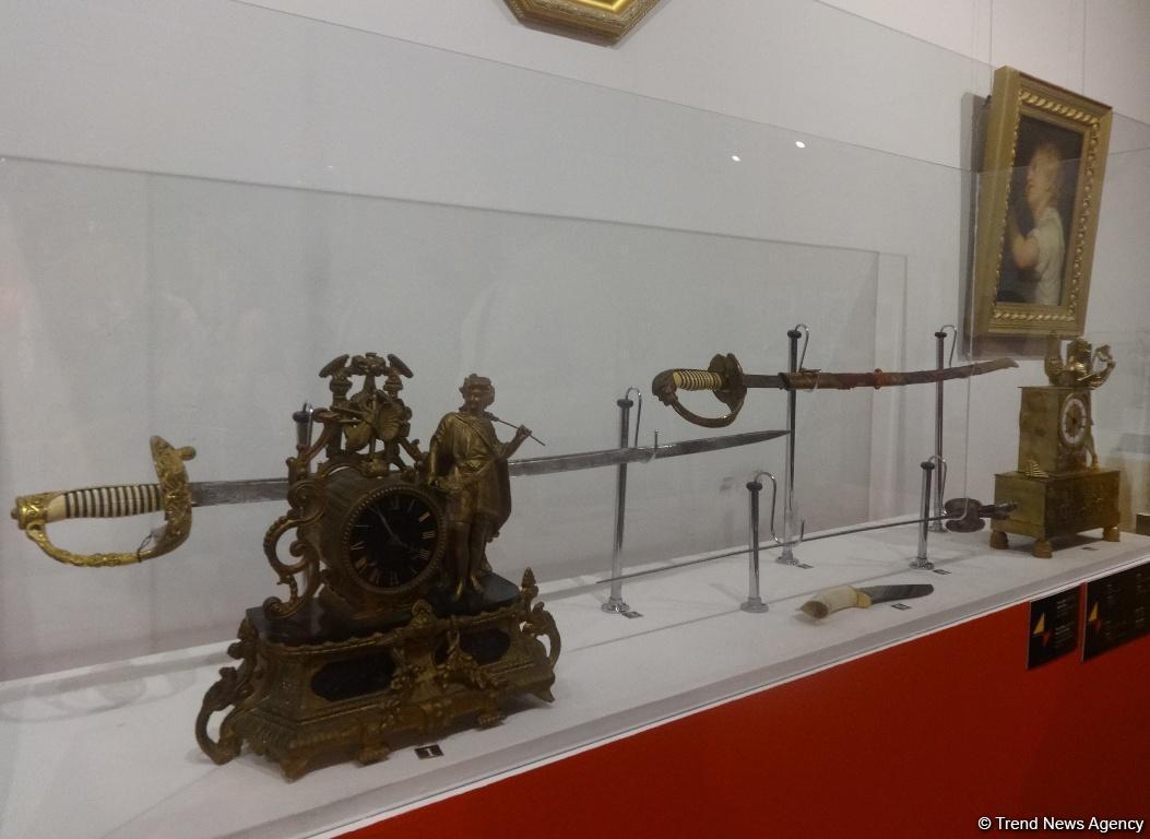 Жемчужины немецкого искусства в Баку - холодное оружие, каминные часы и фарфор