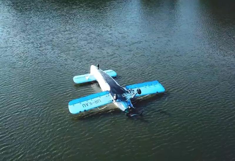На видео сняли украинский самолет, вынужденно приземлившийся в озеро