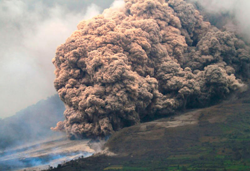 В Индонезии мощно извергается древний вулкан