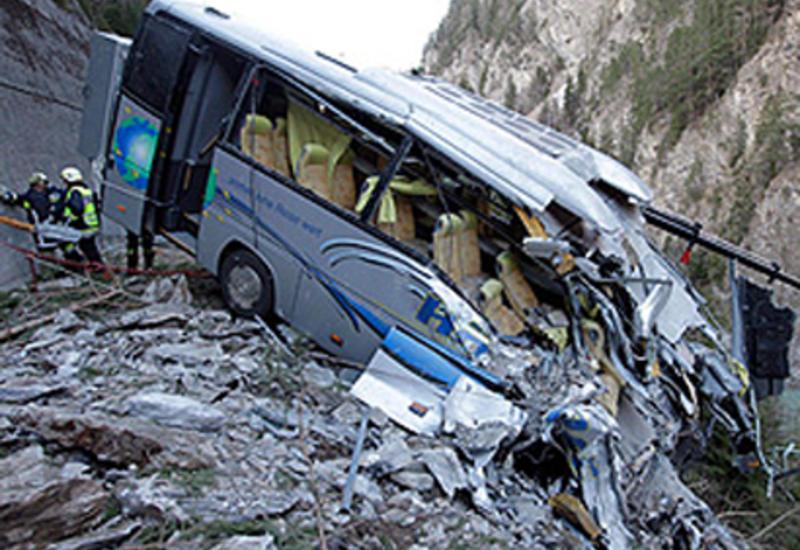 Gürcüstanda turistləri aparan avtomobil dərəyə yuvarlandı - Ölən və yaralanan var