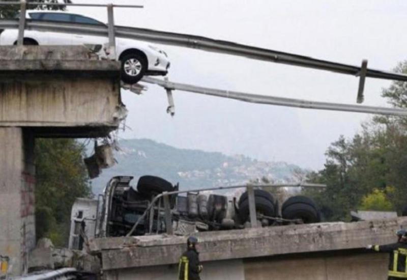 Çində körpü çökdü - Avtomobillər çaya düşdü
