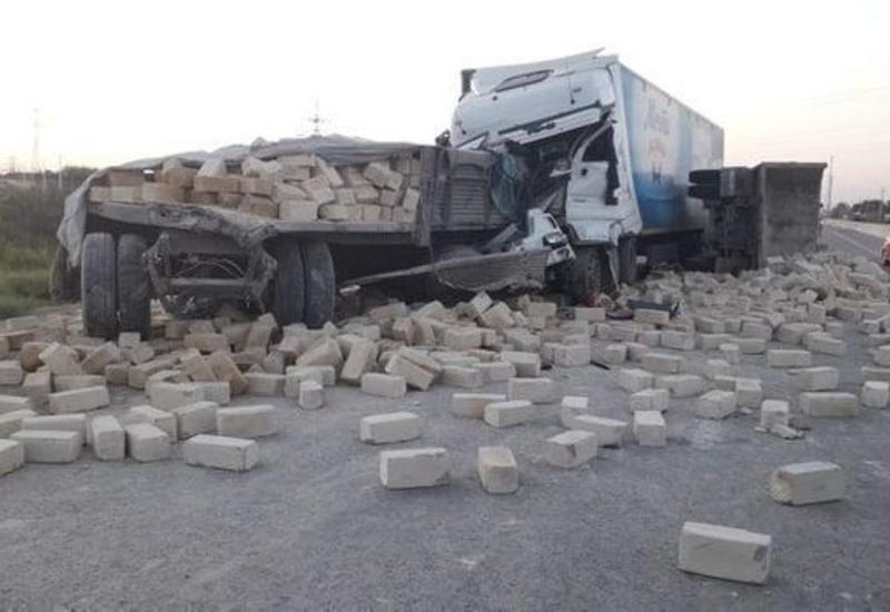 Тяжелое ДТП в Кюрдемире: столкнулись два грузовика