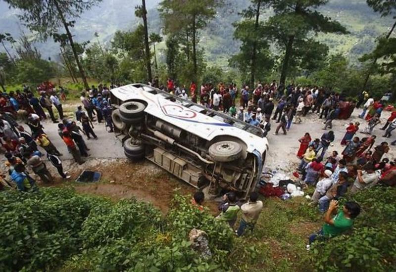 İndoneziyada avtobus qarşı yola çıxdı: 12 ölü