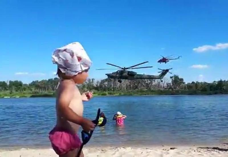 Вертолет пролетел над отдыхающими на пляже
